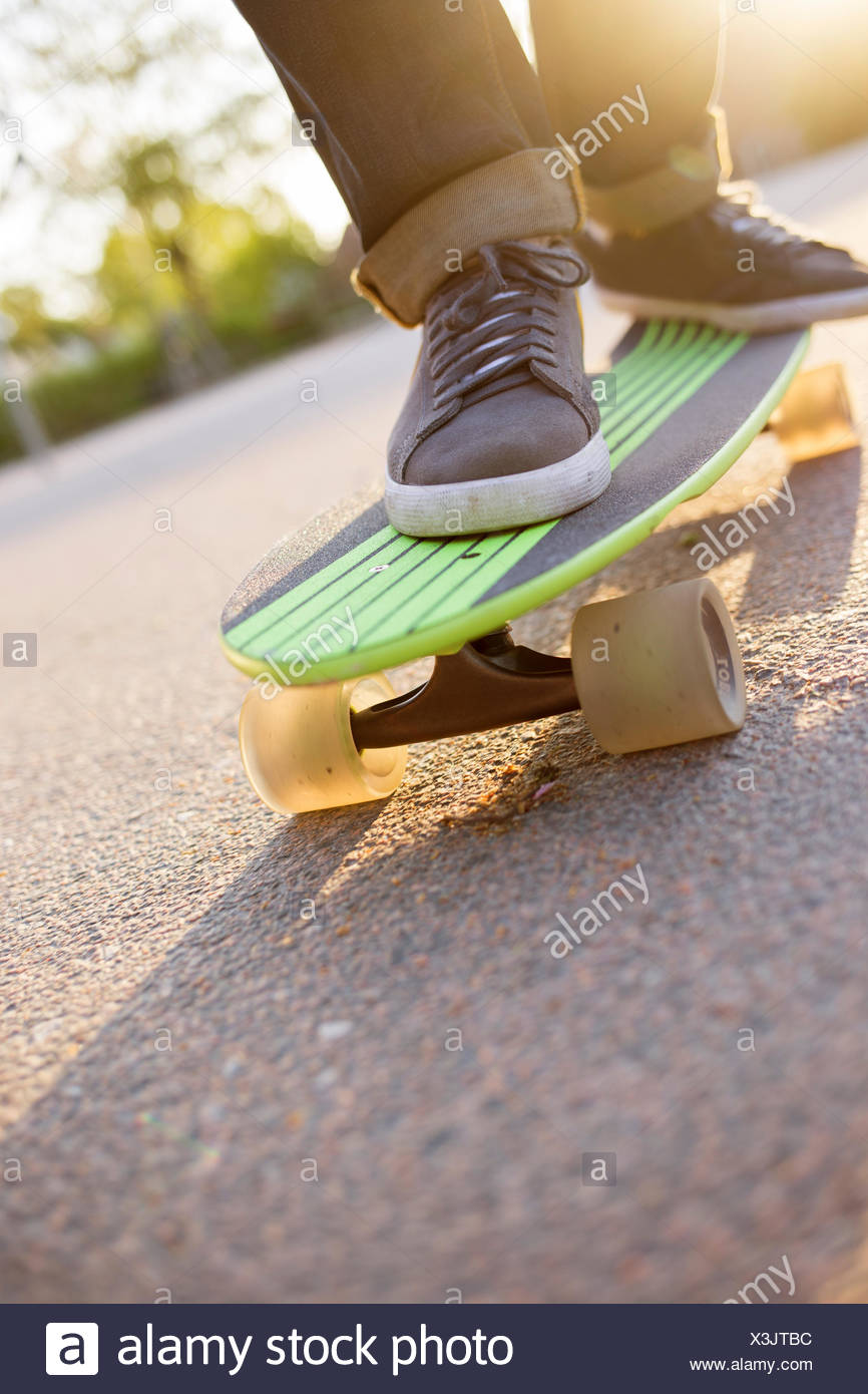 La Svezia, i piedi di un uomo su skateboard Immagini Stock