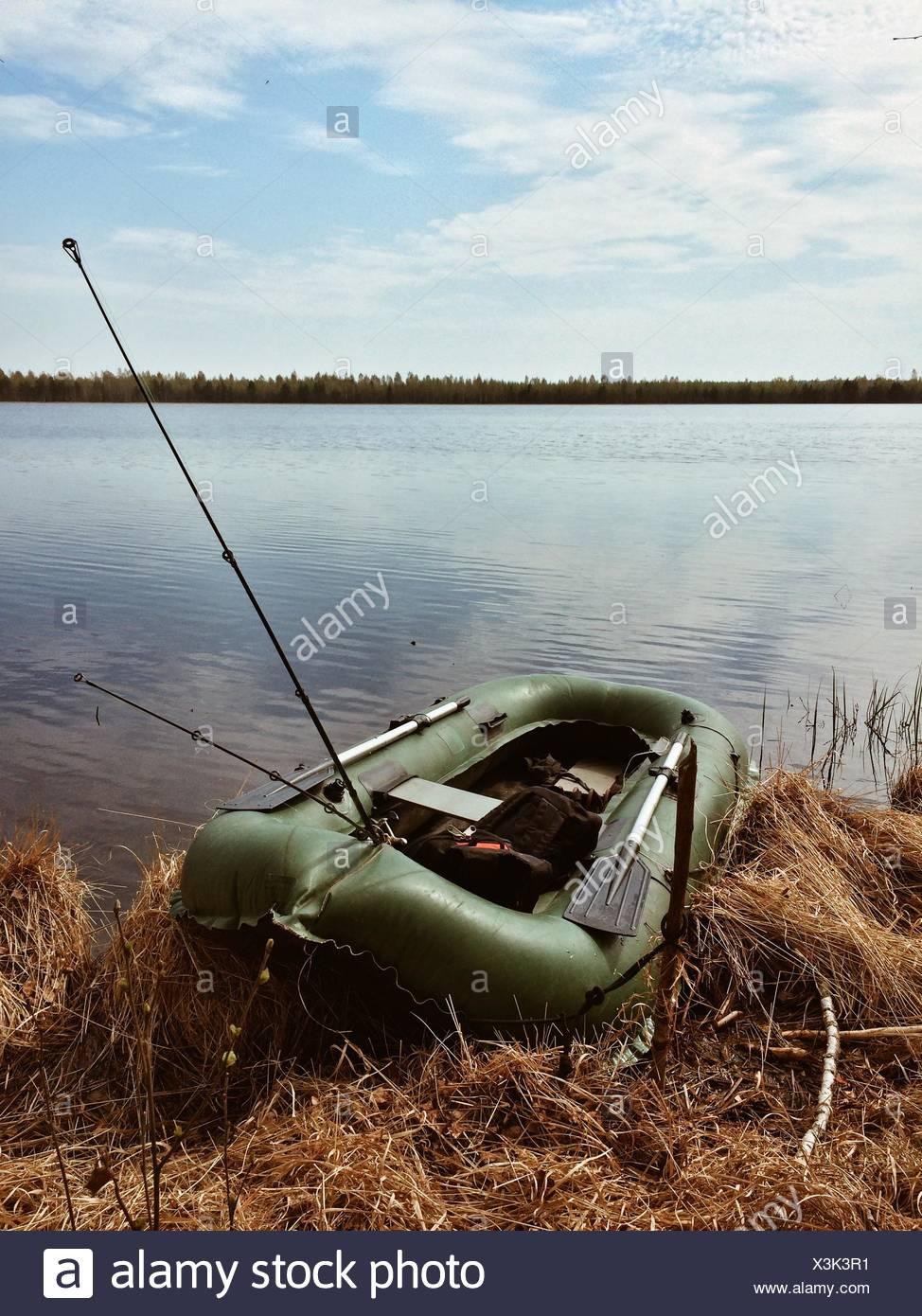 Verde su dinghy appassiti lakeshore erba Immagini Stock