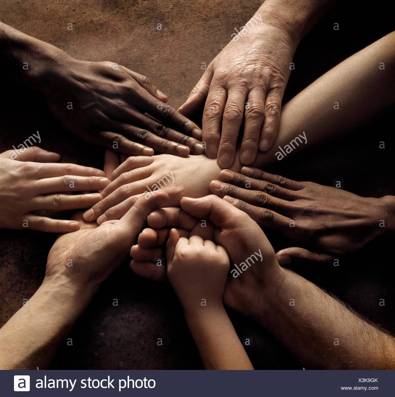 Close-up delle persone le mani tenendo insieme Immagini Stock
