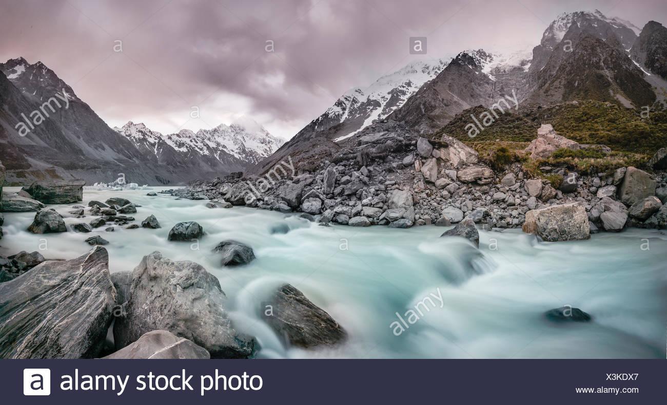 Hooker River, Hooker Valley, posteriore Mount Cook, il Parco nazionale di Mount Cook, Alpi del Sud, regione di Canterbury, Southland, Nuova Zelanda Immagini Stock