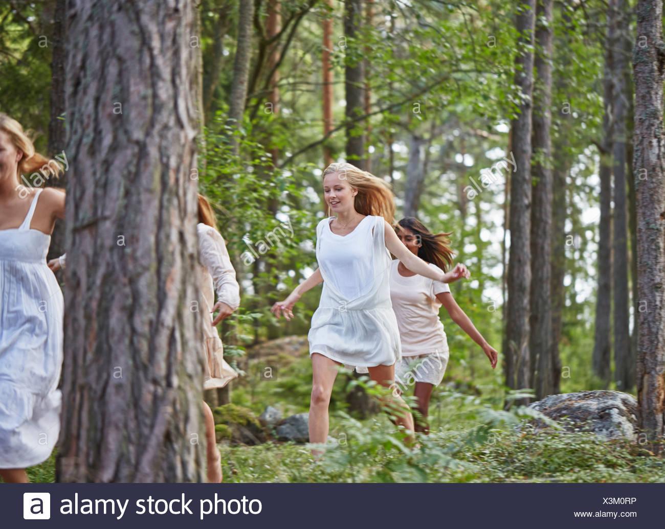 Le ragazze adolescenti in esecuzione nella foresta Immagini Stock