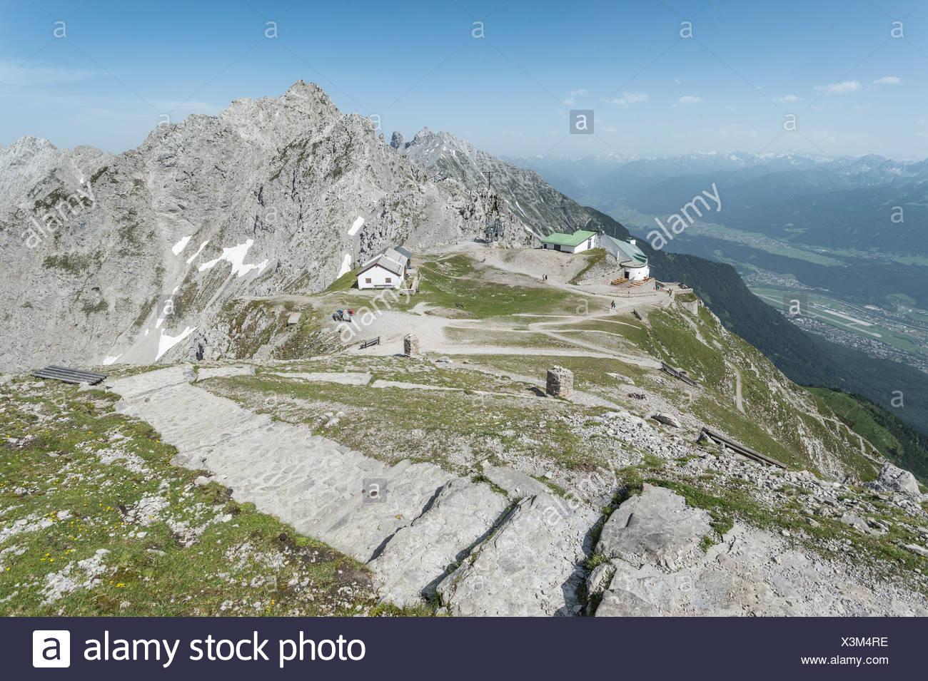Sentiero escursionistico, fasi di Hafelekarspitze Mt con vedute di Seegrube, Innsbruck, Valle Inn, la Valle dello Stubai e la centrale austriaco Immagini Stock