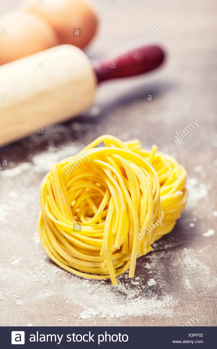 Rendendo La Pasta Fatta In Casa Sul Tavolo Di Legno Foto Immagine