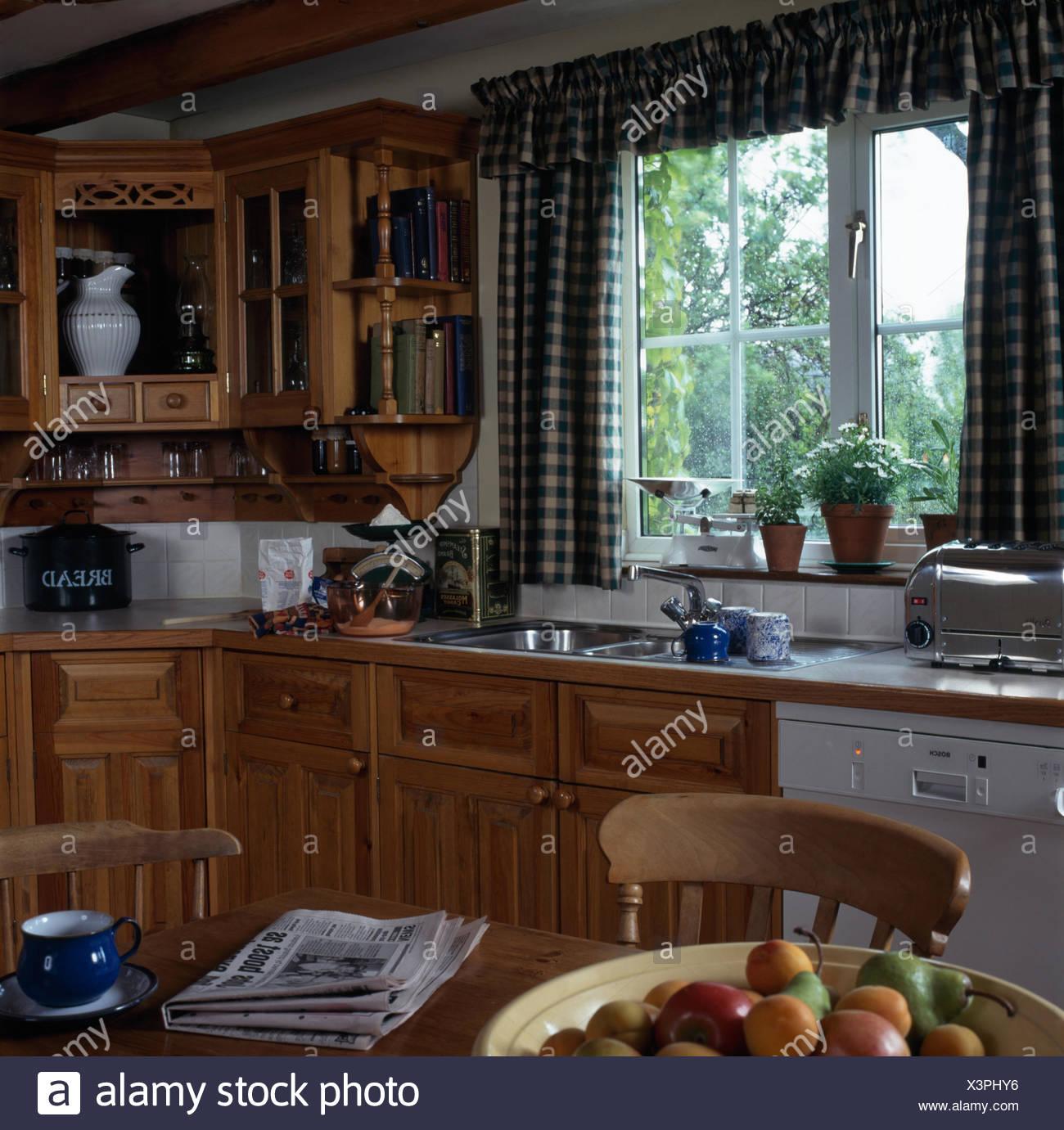 Cucine Con Finestra Sul Lavello controllare blu tende sulla finestra sopra il lavabo e