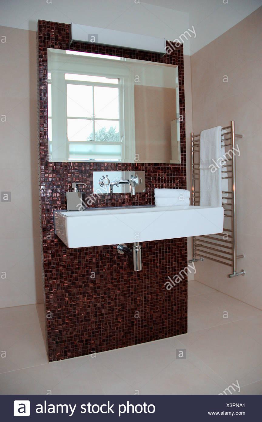 Grande specchio sopra bianco rettangolare bacino in ceramica su ...
