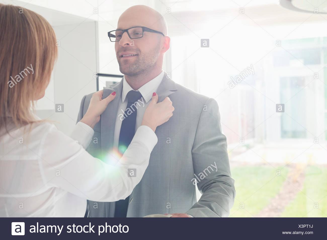 Donna vestire il proprietario a casa Immagini Stock