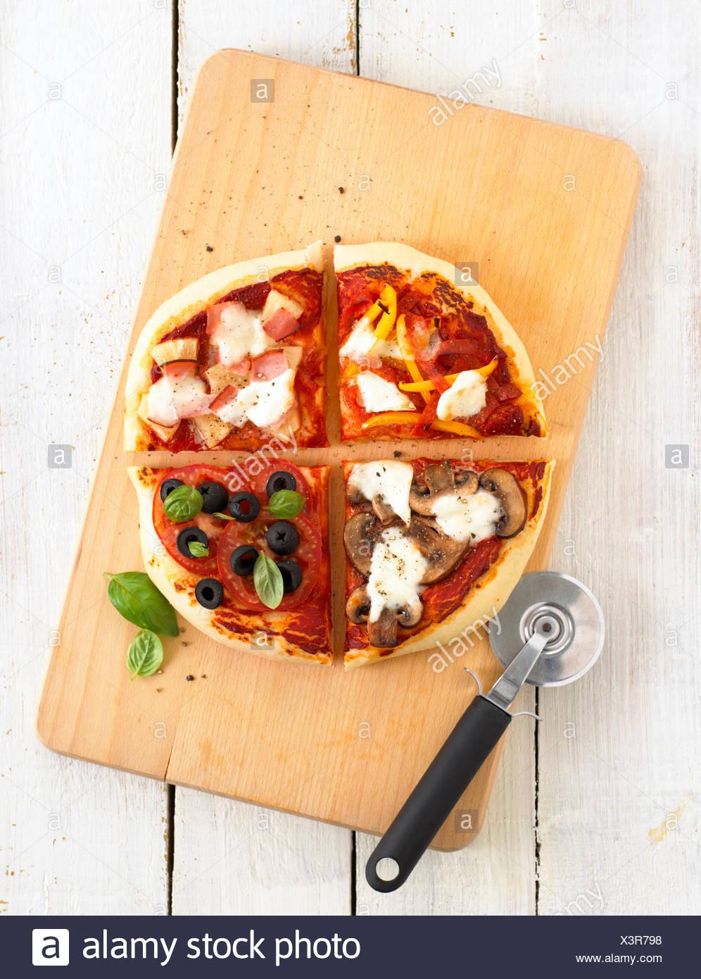 Pizza con quattro diversi trimestri aromatizzato Immagini Stock