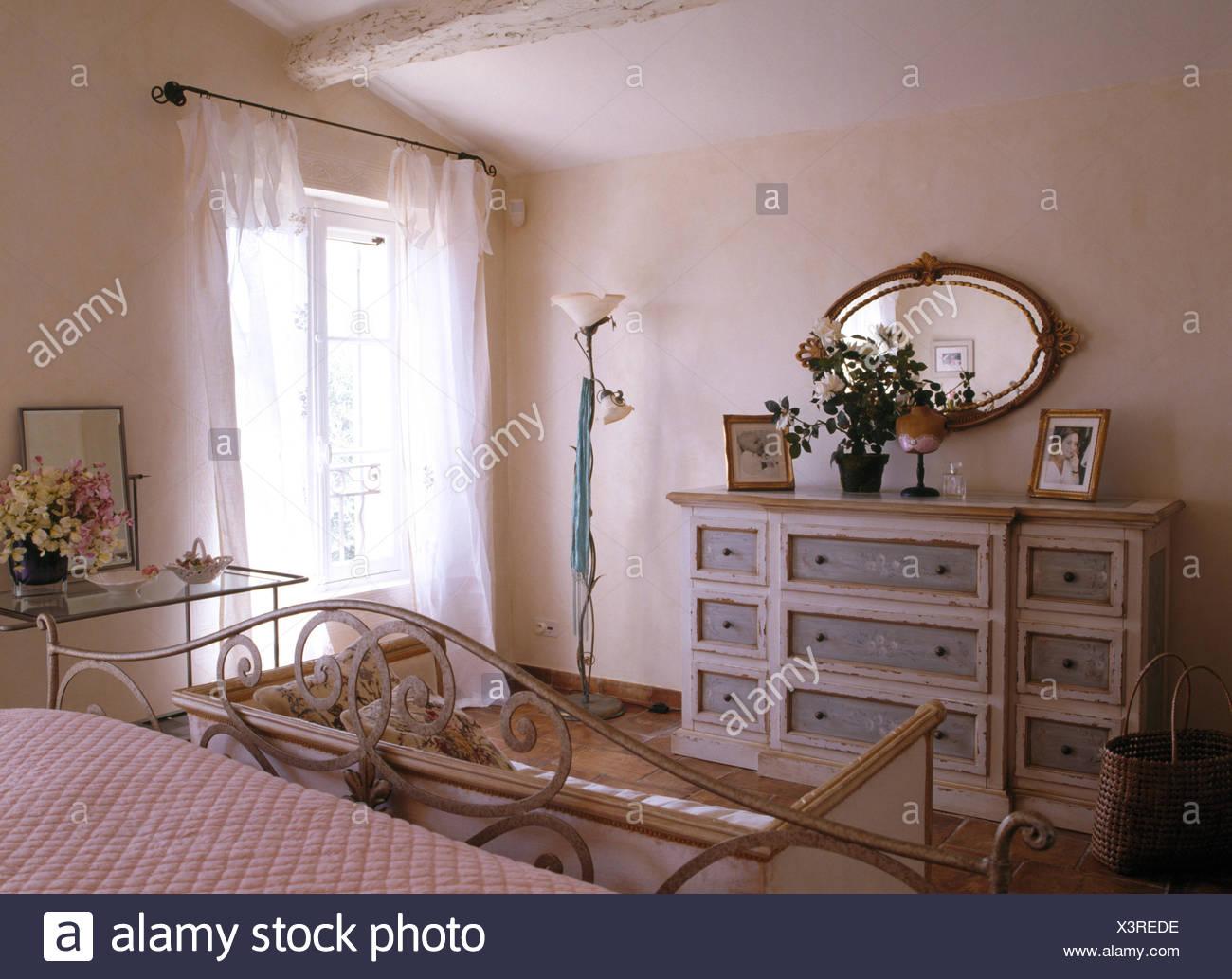 Cassettiera Camera Da Letto Con Specchio.Specchio Ovale Dipinto Sopra Cassettiera In Paese Francese Camera Da