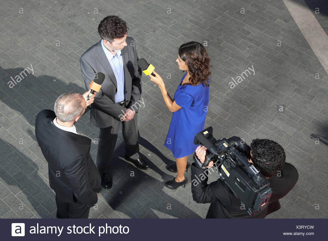 Politico di parlare ai giornalisti Immagini Stock