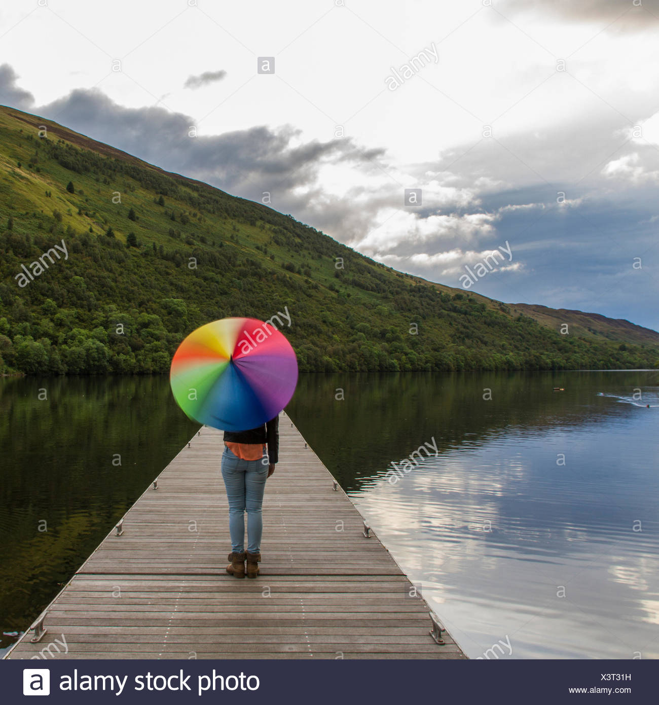 Regno Unito, Scozia, Donna con ombrello sul molo Immagini Stock