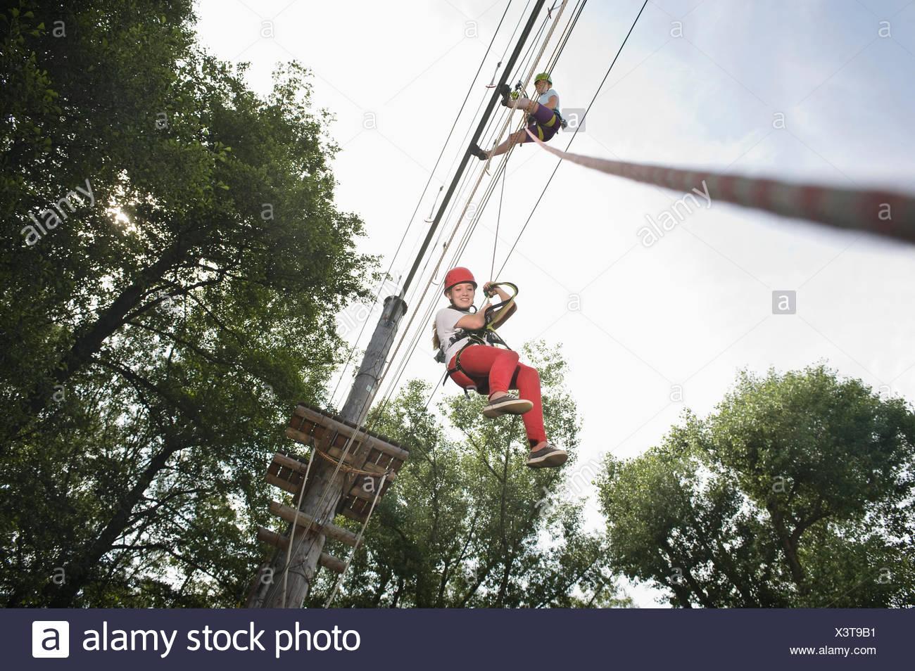 L'adolescente di sesso femminile e di una giovane donna di istruttore in una rupe di arrampicata Immagini Stock