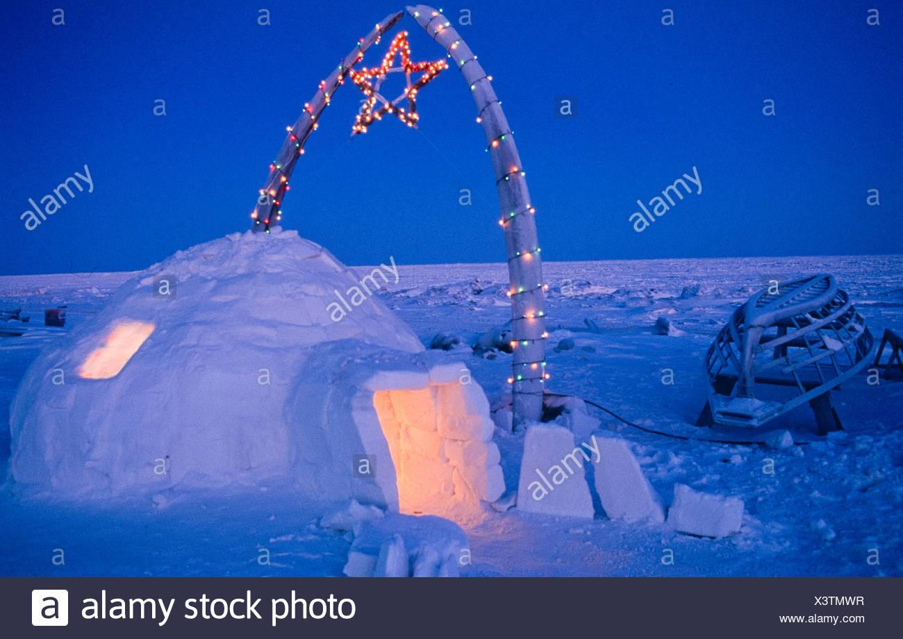 Alaska . Barrow . Igloo e ossa di balena adornata con le luci di Natale . Foto Stock