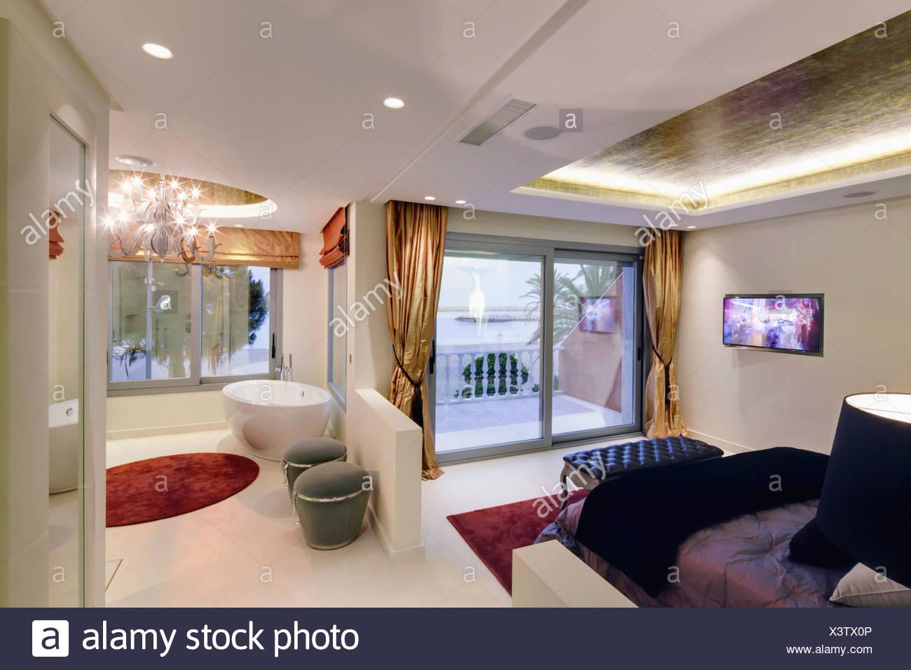 Bagno In Camera Con Vetrata : Pavimento bianco in piano aperto camera da letto e stanza da bagno