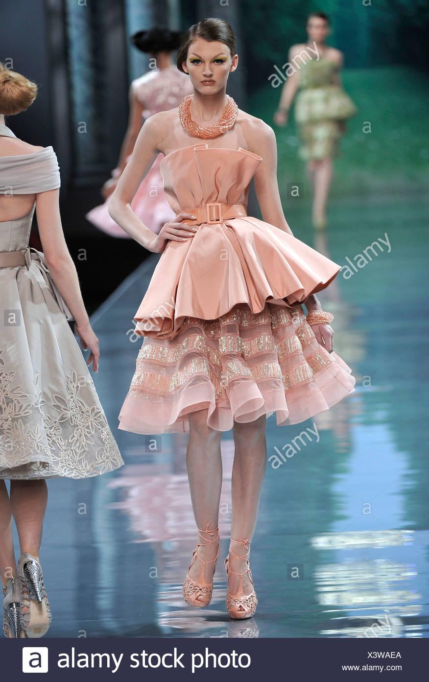 358af90c1f Christian Dior Parigi Haute Couture Autunno Inverno modello rosa da  indossare abiti senza maniche, riuniti mantello e cielo, allacciato alla  cintura,