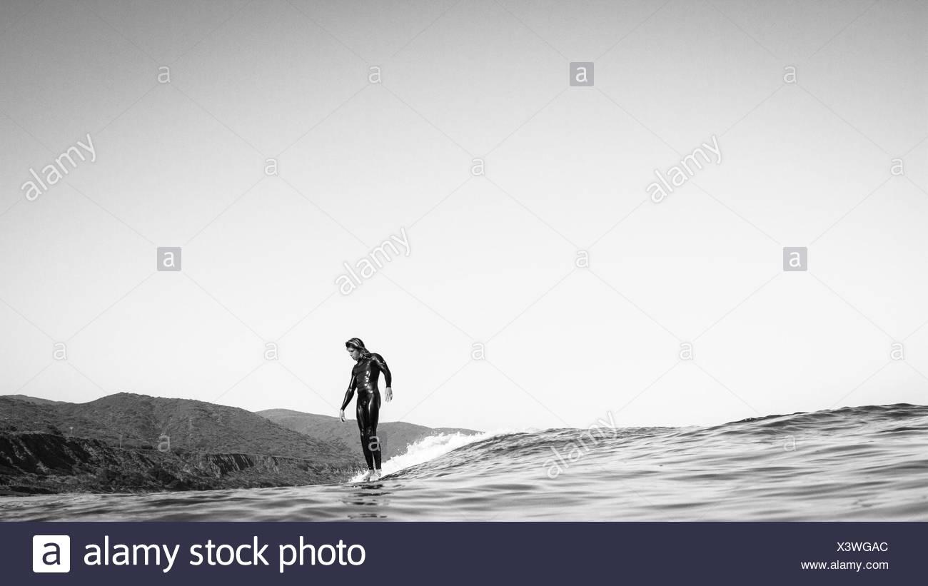 Stati Uniti, California, Los Angeles County, Malibu, Surfer scorrevole su acqua Immagini Stock