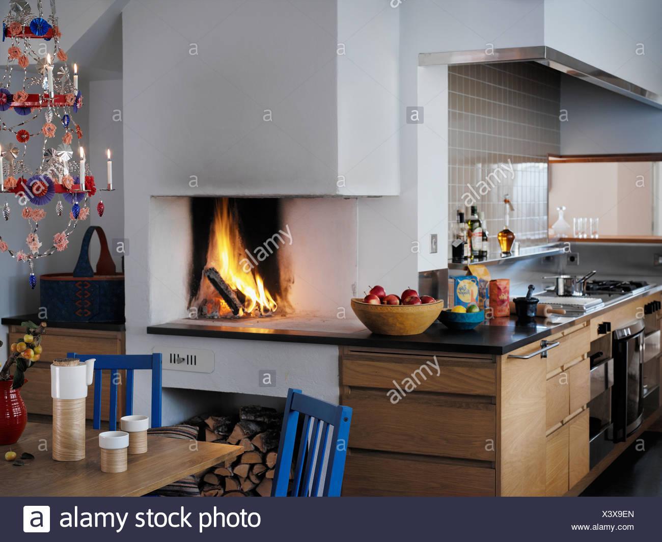 Cucina con camino Foto & Immagine Stock: 277788077 - Alamy