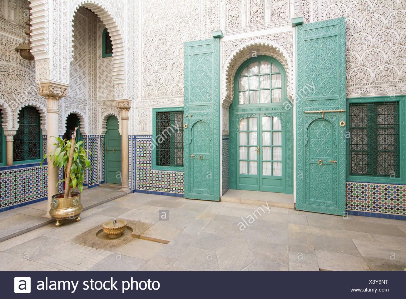 Ornati in legno e tilework con teal le finestre e le porte da interno di Mahkama du Pacha a Casablanca. Immagini Stock