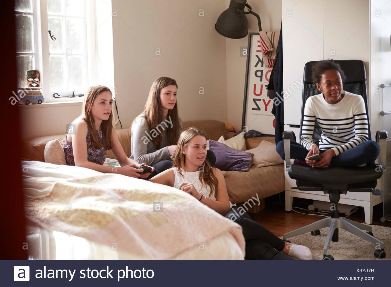 Un Gruppo Di Ragazze Adolescenti La Riproduzione Del Video Gioco In Camera Da Letto Foto Stock Alamy