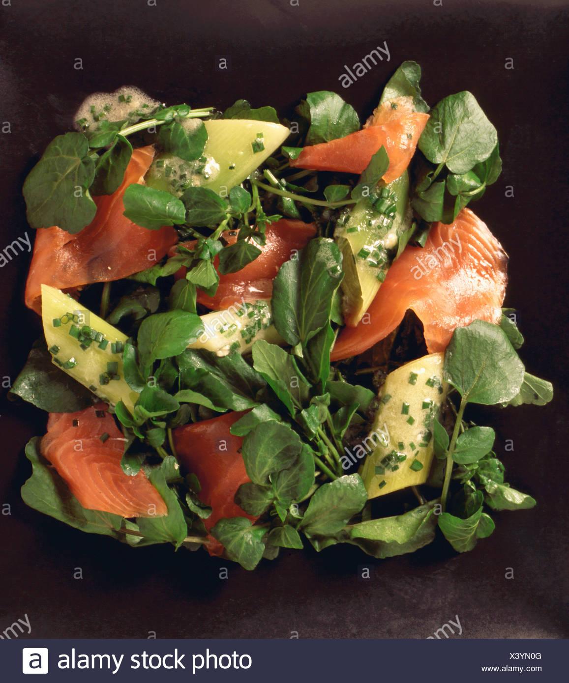Prodotti alimentari - crescione e insalata di salmone Immagini Stock