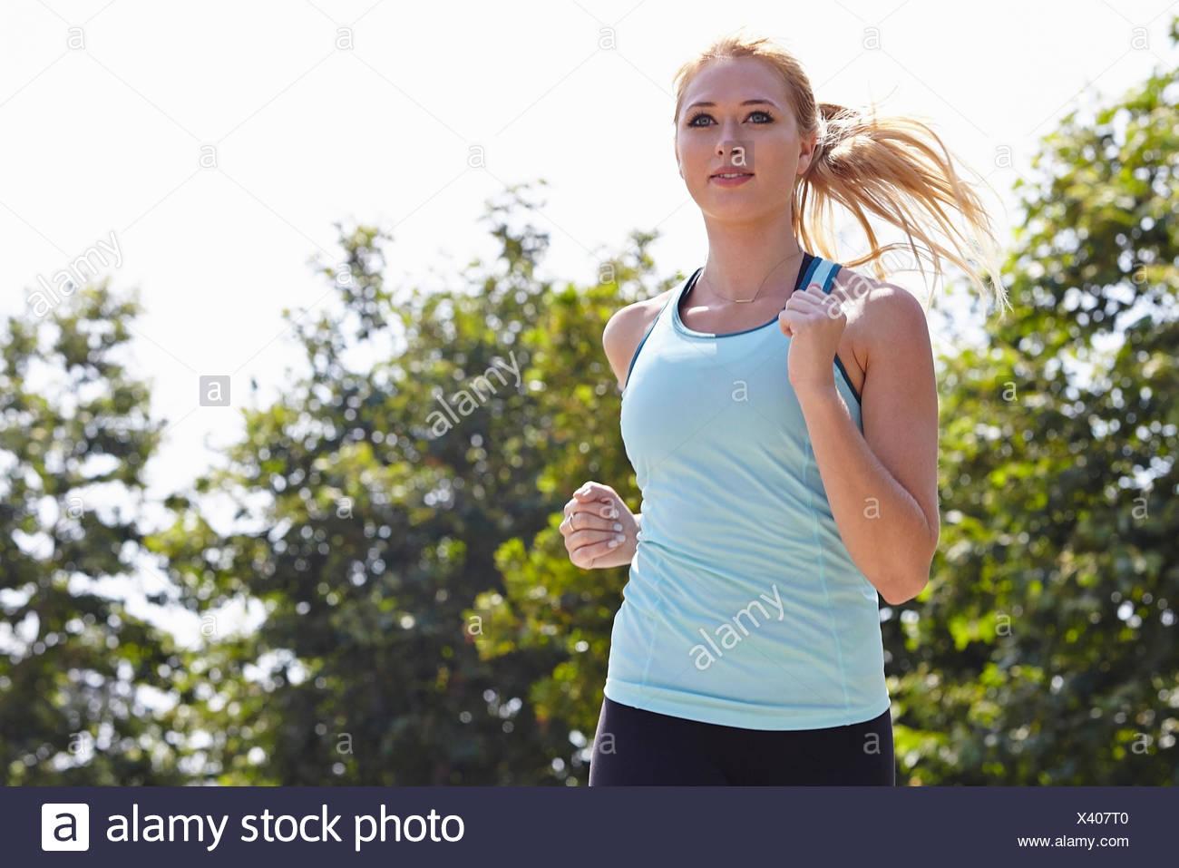 Donna in corsa in posizione di parcheggio Immagini Stock