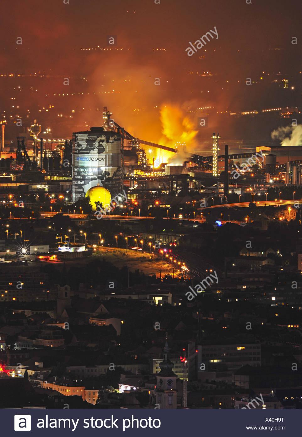 Blick vom PͶstlingberg auf VÖEST Linz, Industrie, Hochofen, Stadansicht, Nachtaufnahme Immagini Stock