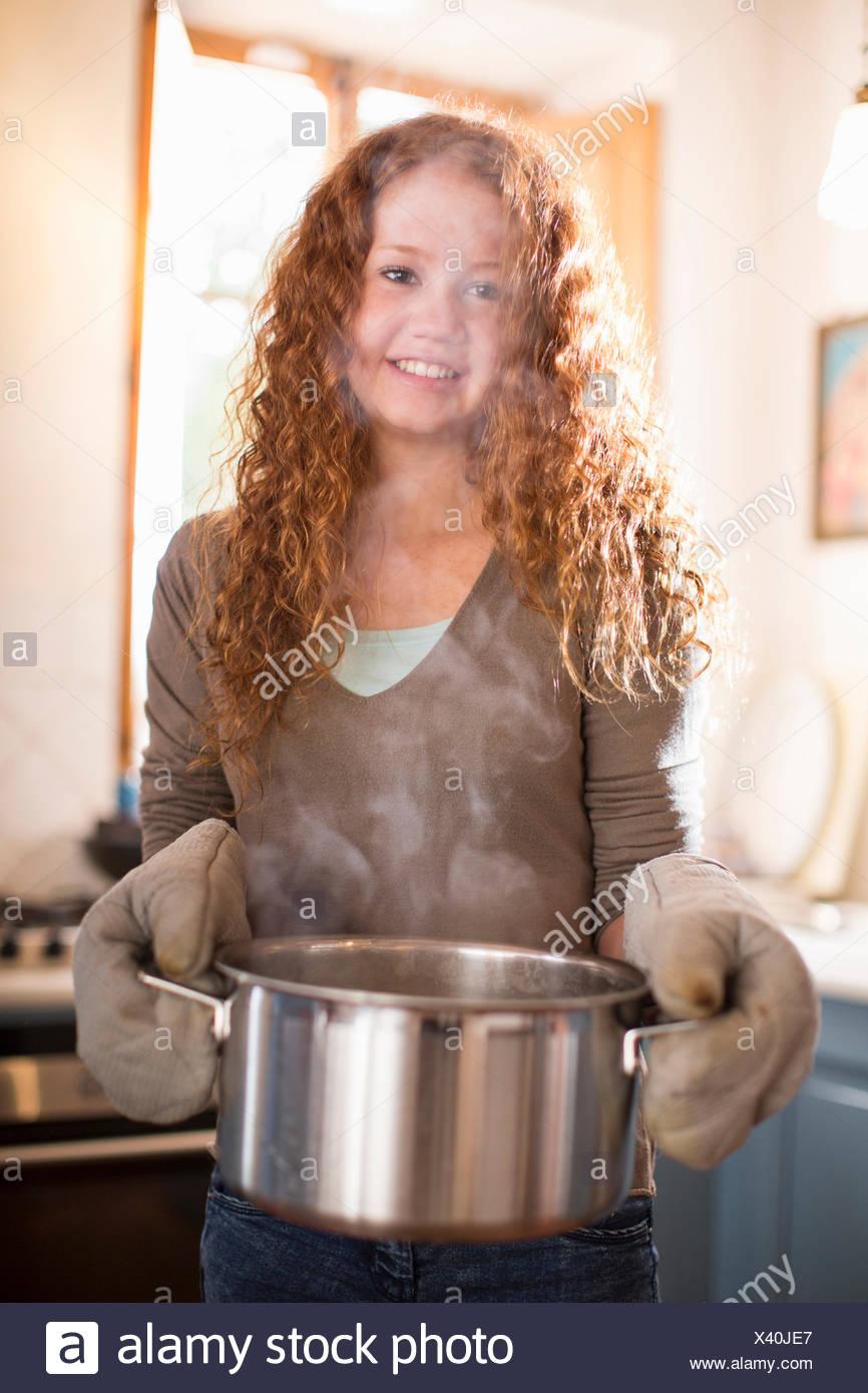 Ragazza adolescente per la cottura in cucina Immagini Stock