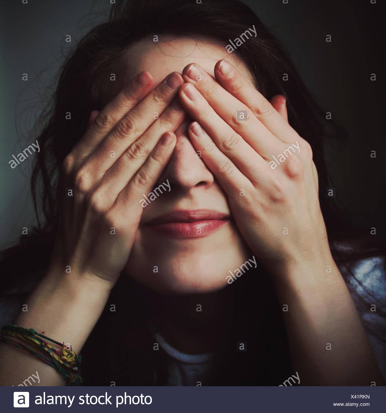 Donna Occhio di copertura con la faccia Immagini Stock