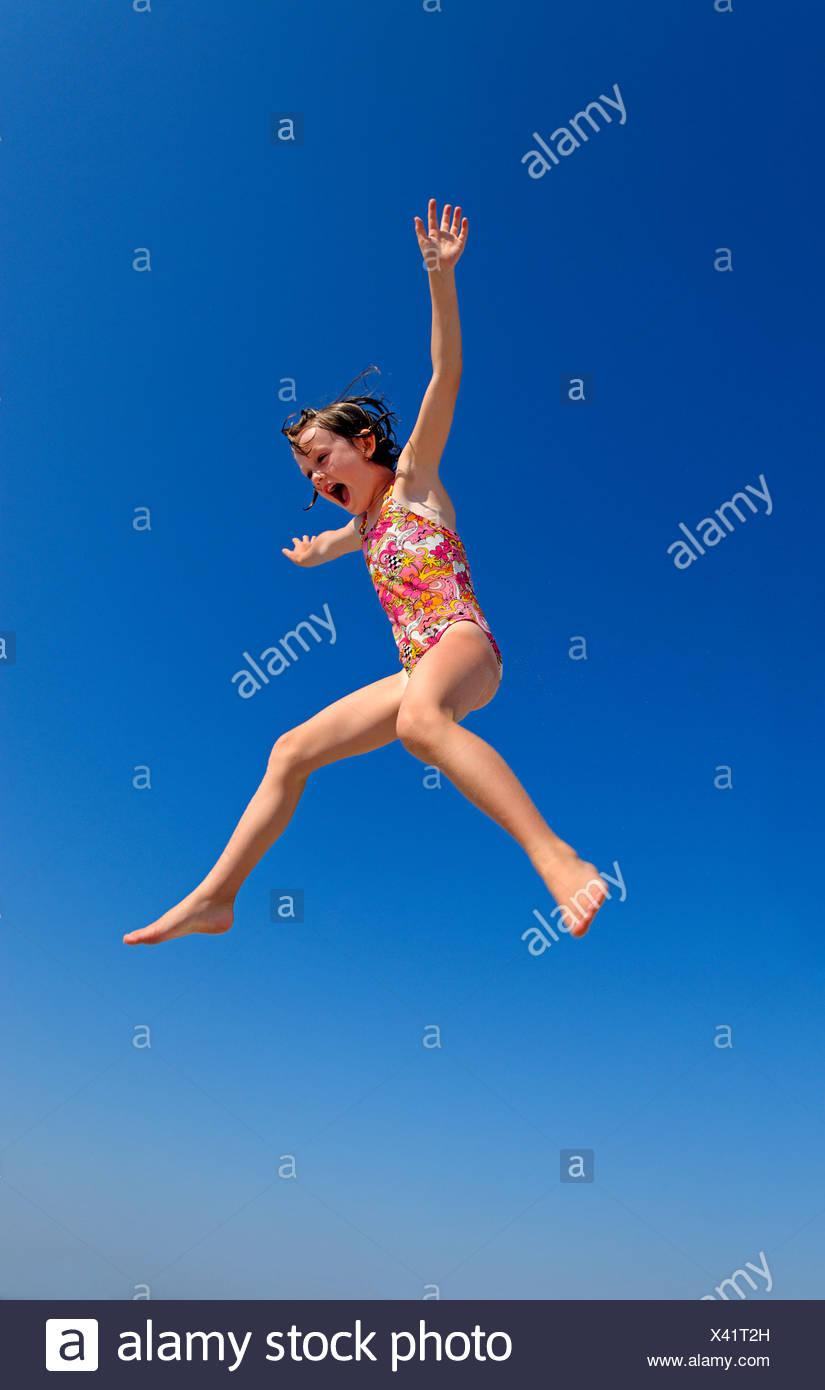 Ragazza gioiosa jumping. Immagini Stock