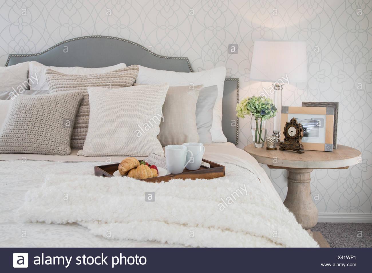Vassoio di prima colazione in camera da letto elegante Foto ...