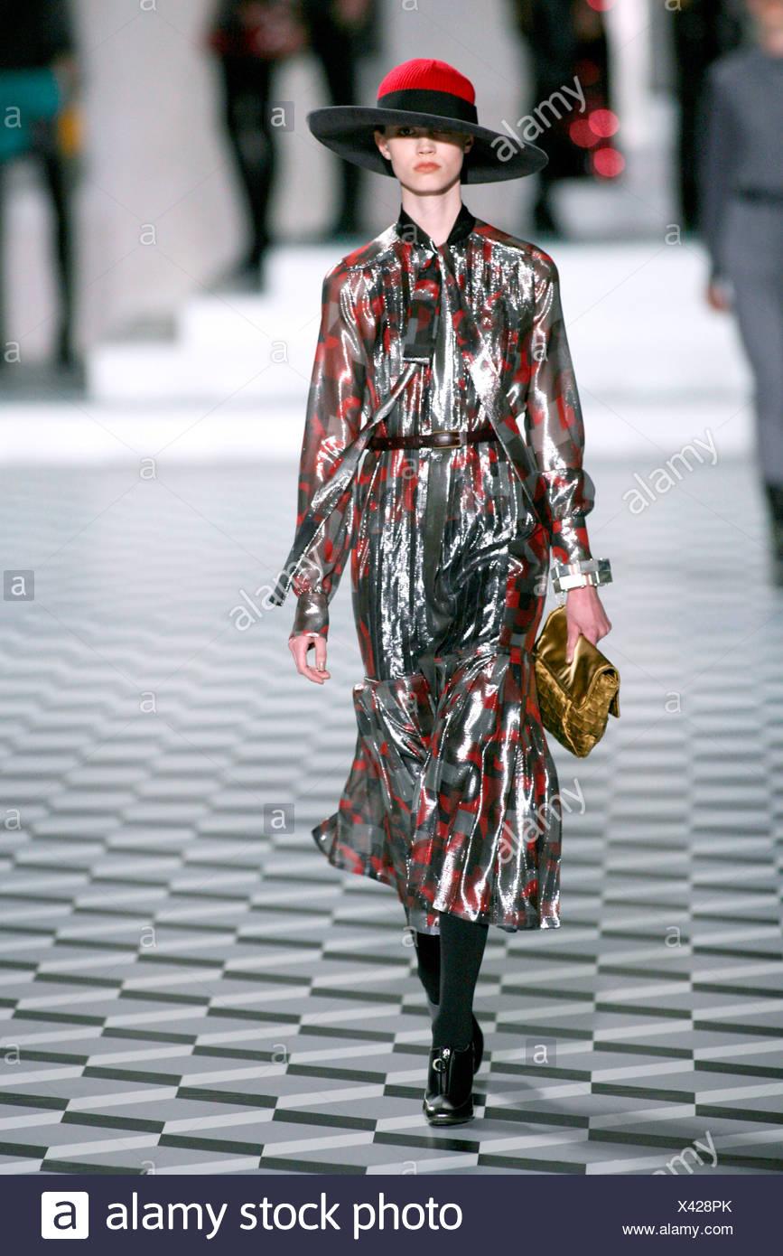 sale retailer 58495 f2755 Il modello Eva Helene indossando rosso di lana e cappello in ...