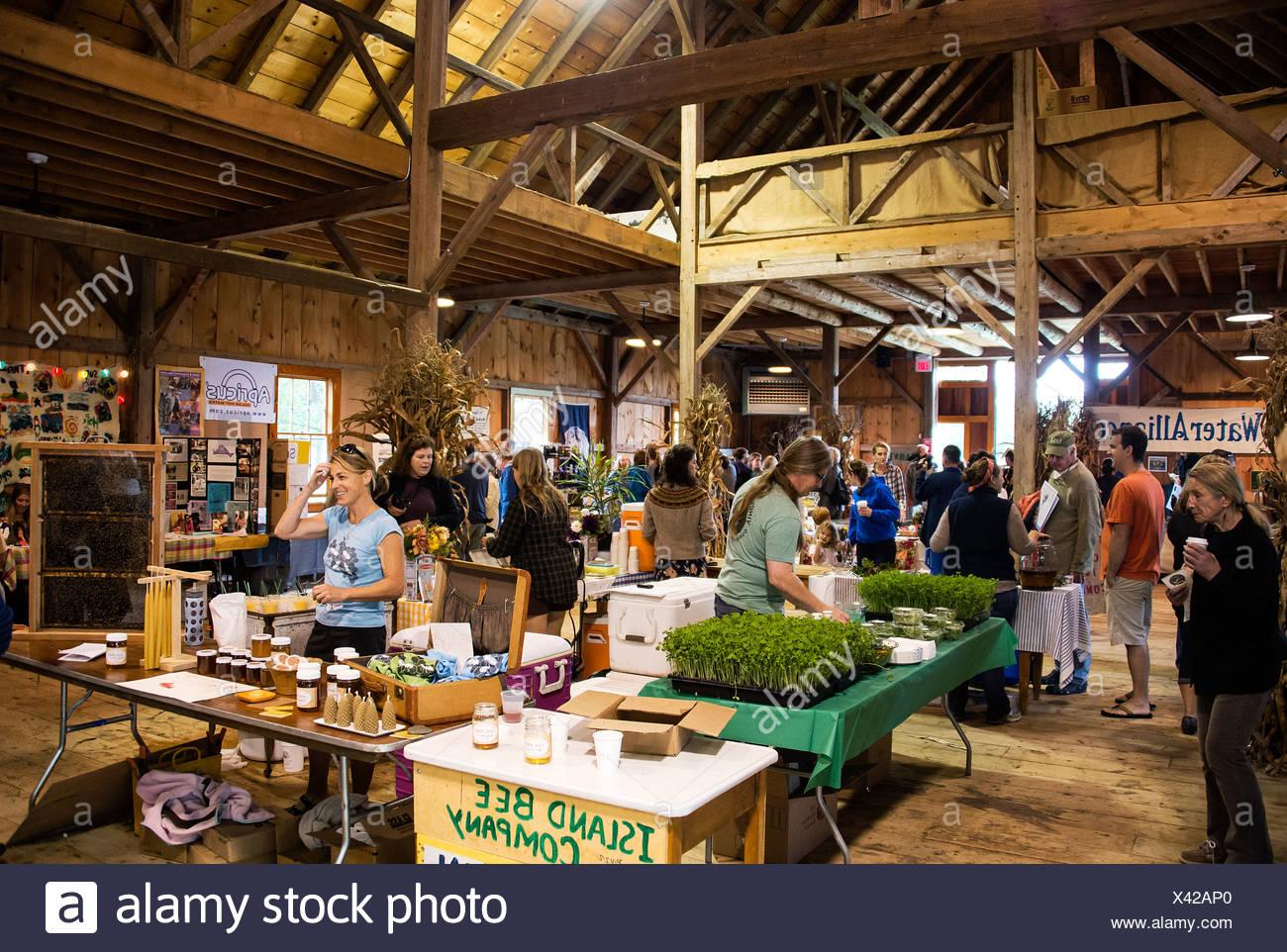 Gli espositori della Martha's Vineyard vivente raccolto locale Fest, West Tisbury, Massachusetts, STATI UNITI D'AMERICA Immagini Stock