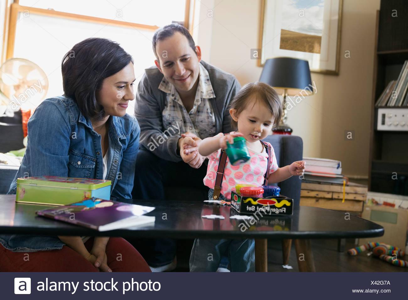 Famiglia giovane giocando in salotto Immagini Stock