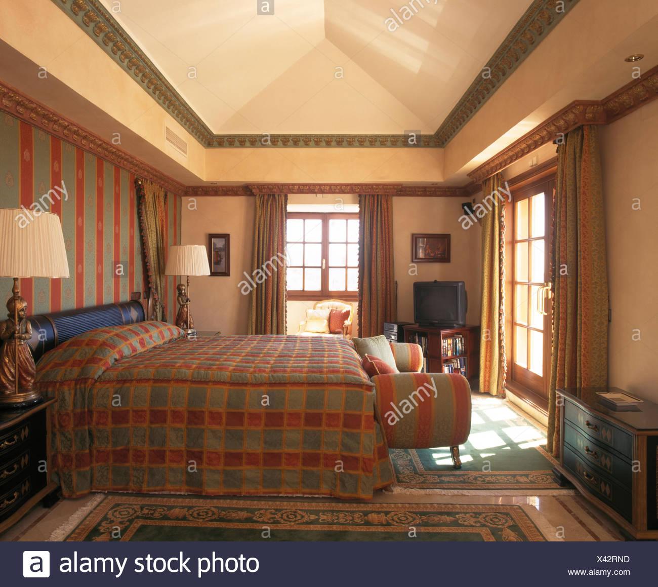 Verificata la trapunta sul letto in camera da letto spagnolo ...