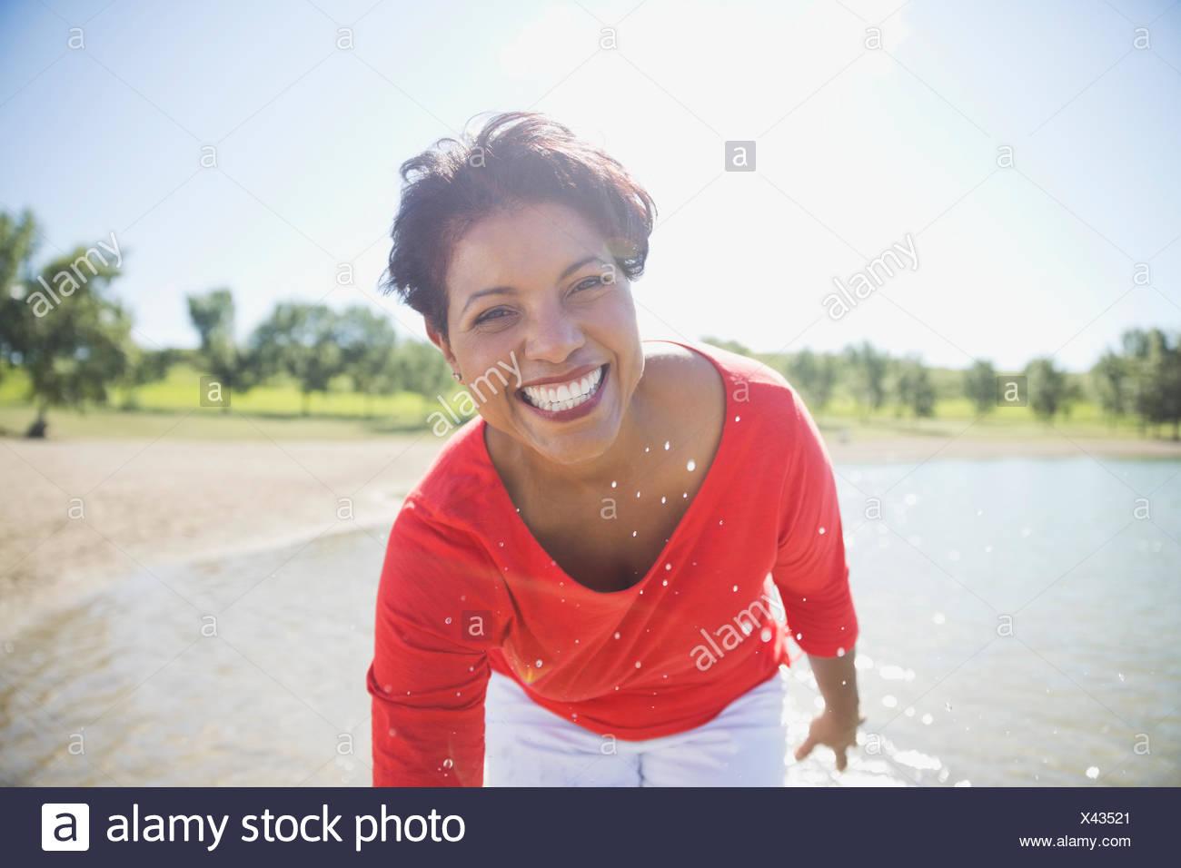 Ritratto di donna sorridente sulla spiaggia Foto Stock