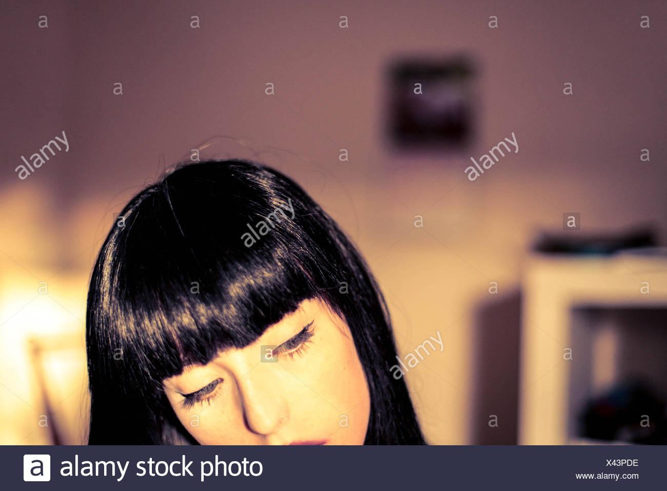 Ritagliato colpo di giovane donna in casa Immagini Stock