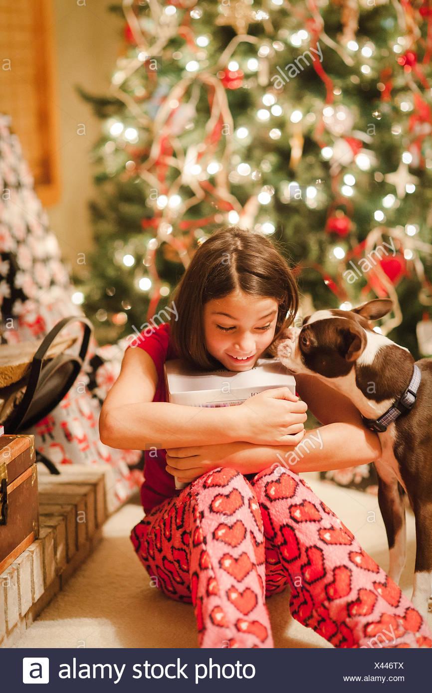 Regali Di Natale Ragazza.Ragazza Di Unwrapping Regali Di Natale Foto Immagine Stock