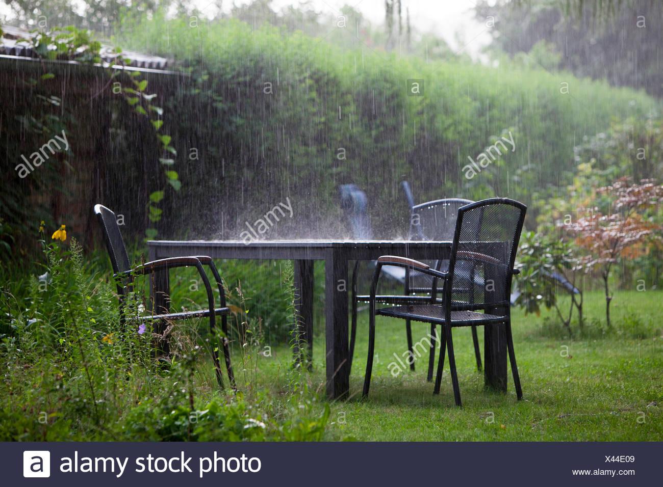 Mobili da giardino in un temporale Immagini Stock