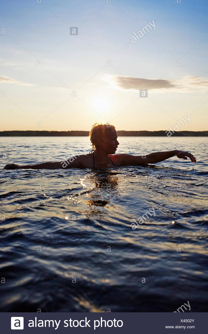 La Svezia, Vastra Gotaland, Skagern, Donna nuoto nel lago Immagini Stock