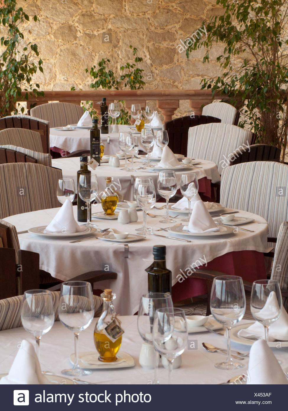 Eleganti tavoli da pranzo in ristorante allestito con bicchieri di vino Immagini Stock