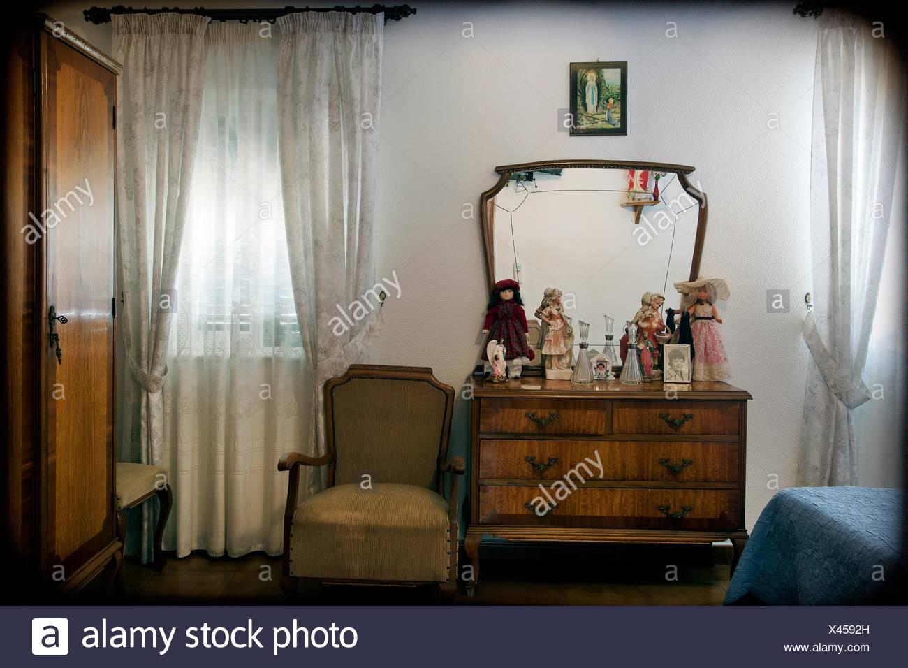 Camera da letto interno, tipico degli anni \'50 in stile spagnolo ...