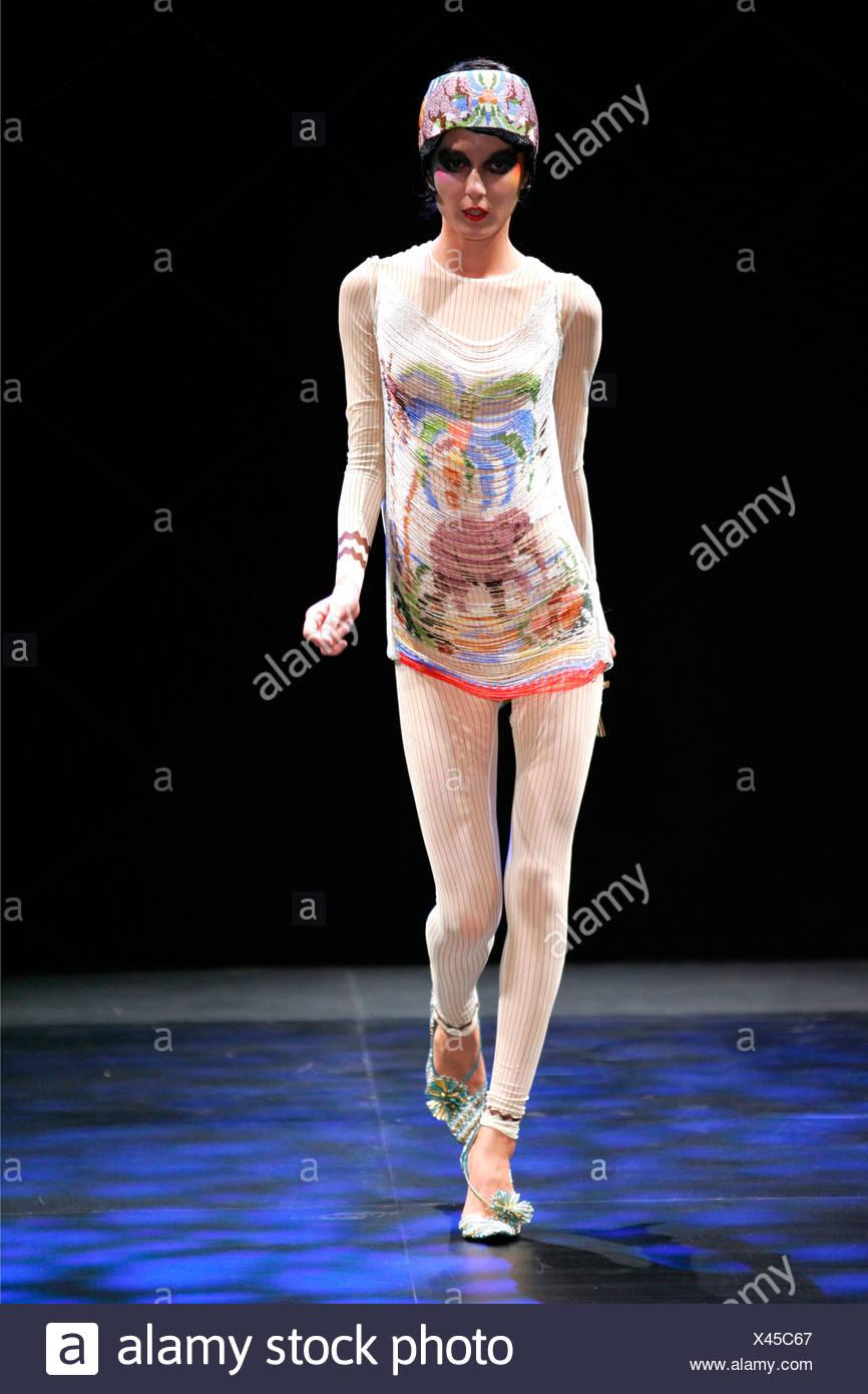 ade0ff0e0299 Basso e Brooke Londra pronto a indossare Primavera Estate stile Anni Venti   Ruched jungle stampa mini dress indossato bianco striato