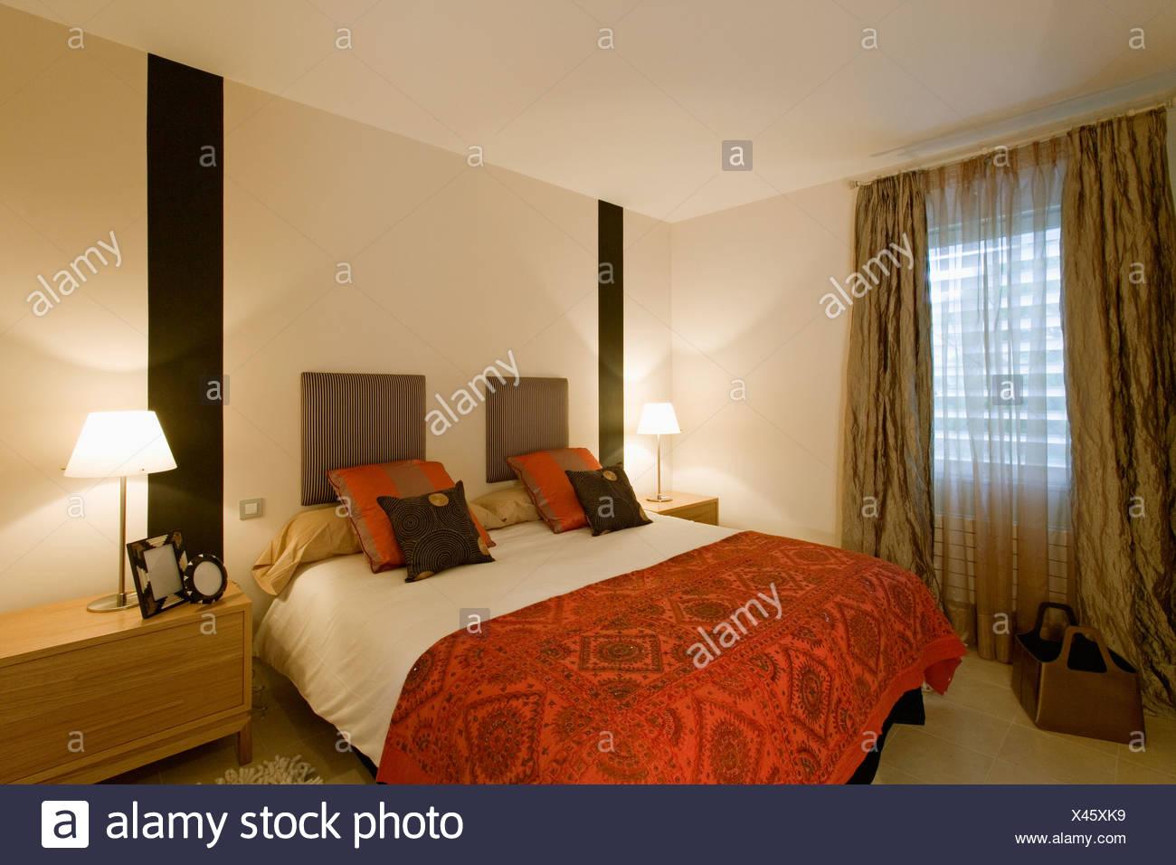 Pareti Camera Da Letto Rossa : Strisce nere sulla parete su entrambi i lati del letto con motivi