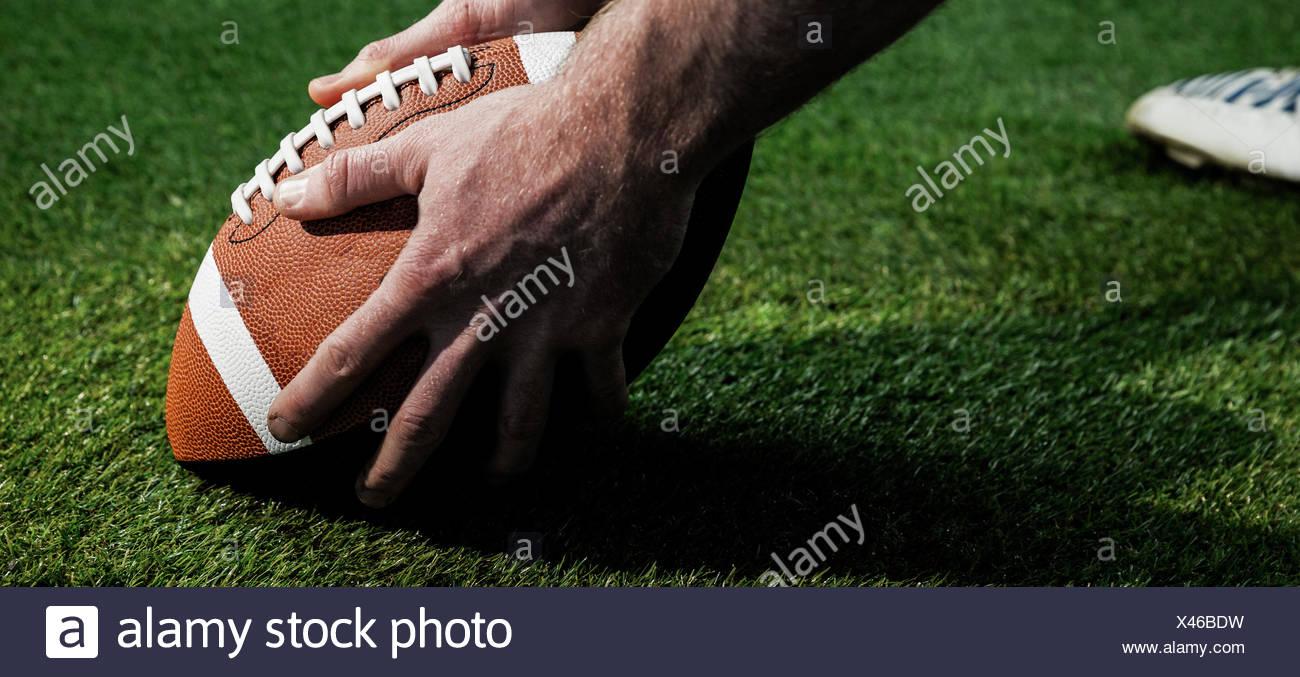 Vista ravvicinata del giocatore di football americano per la preparazione di un drop kick Immagini Stock