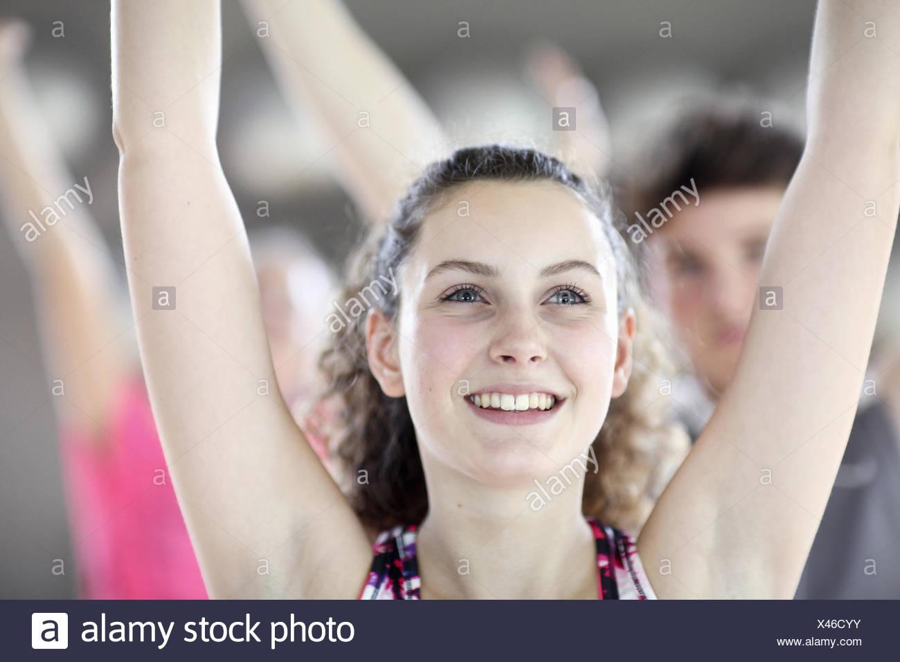 Close up della ragazza adolescente nella classe di aerobica Immagini Stock