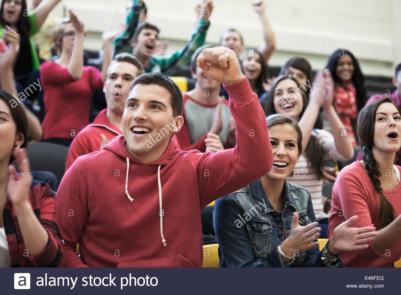 Un folto gruppo di studenti tifo presso il college di eventi sportivi Immagini Stock