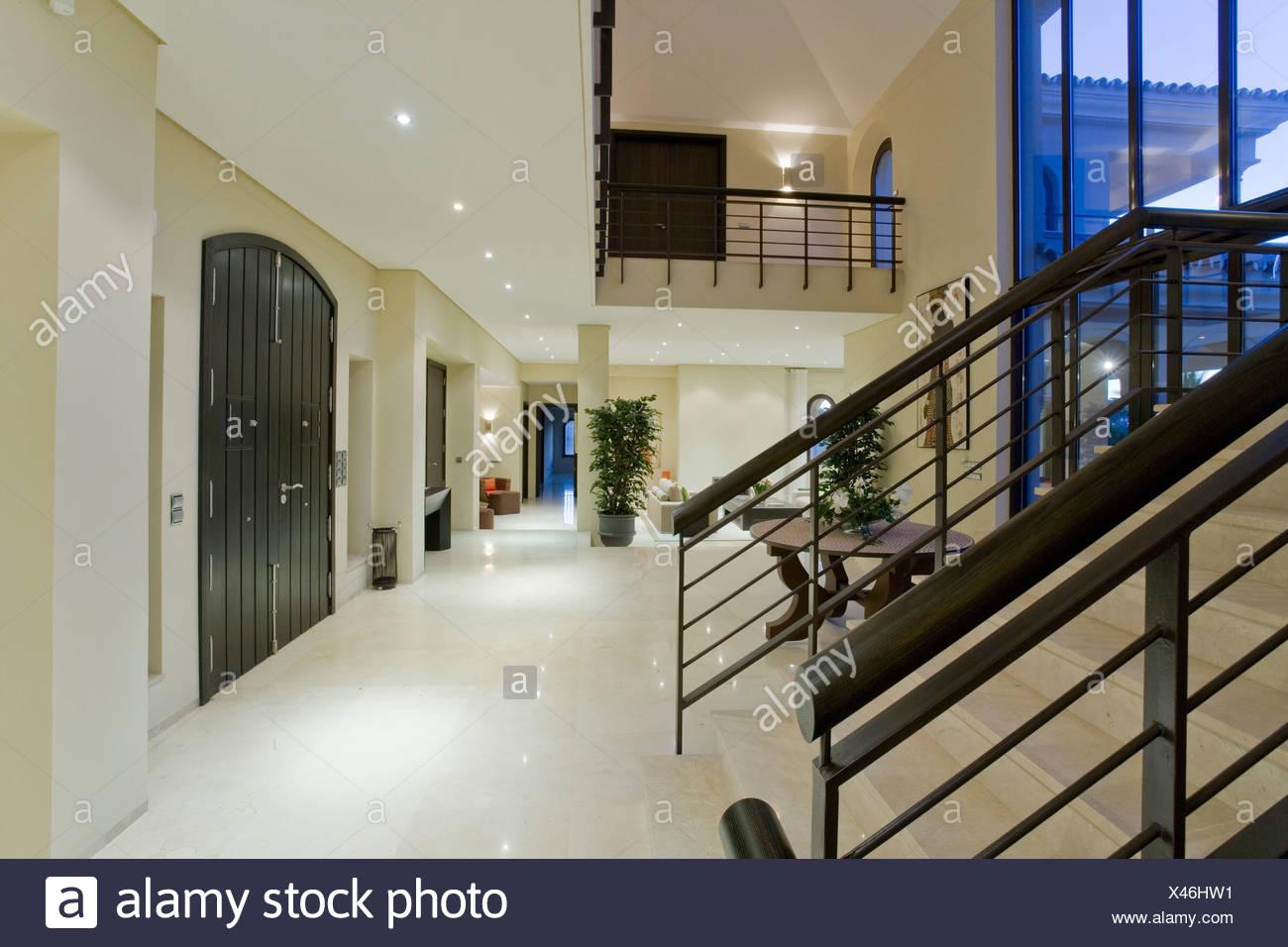 Scala In Marmo Nero pavimento in marmo nero e scala di metallo nella moderna