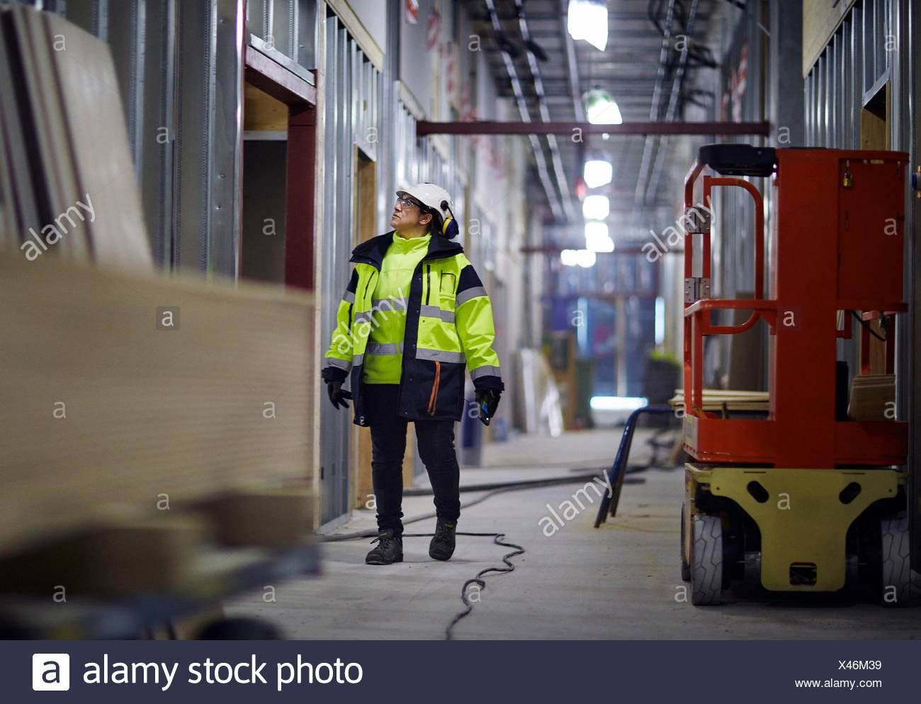 La Svezia, donna in abbigliamento protettivo a piedi Immagini Stock