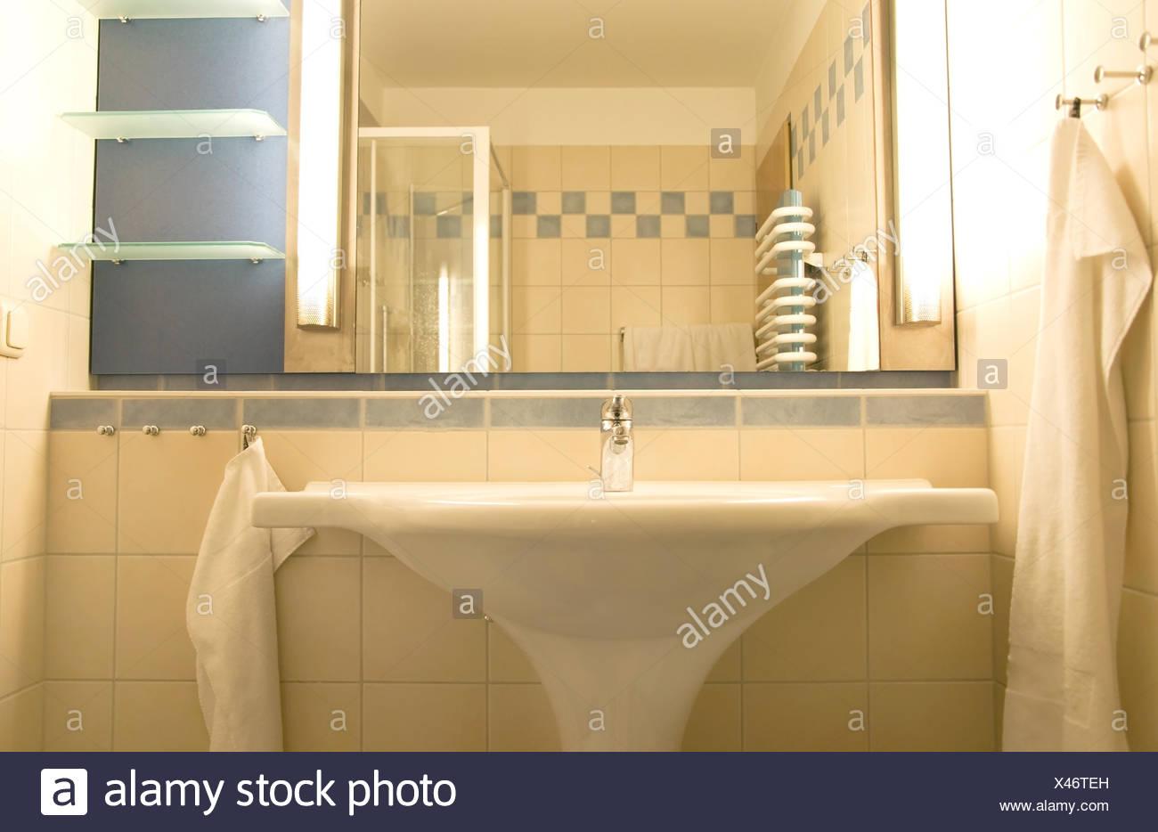 Moderno bagno lavandino foto & immagine stock: 277975449 alamy