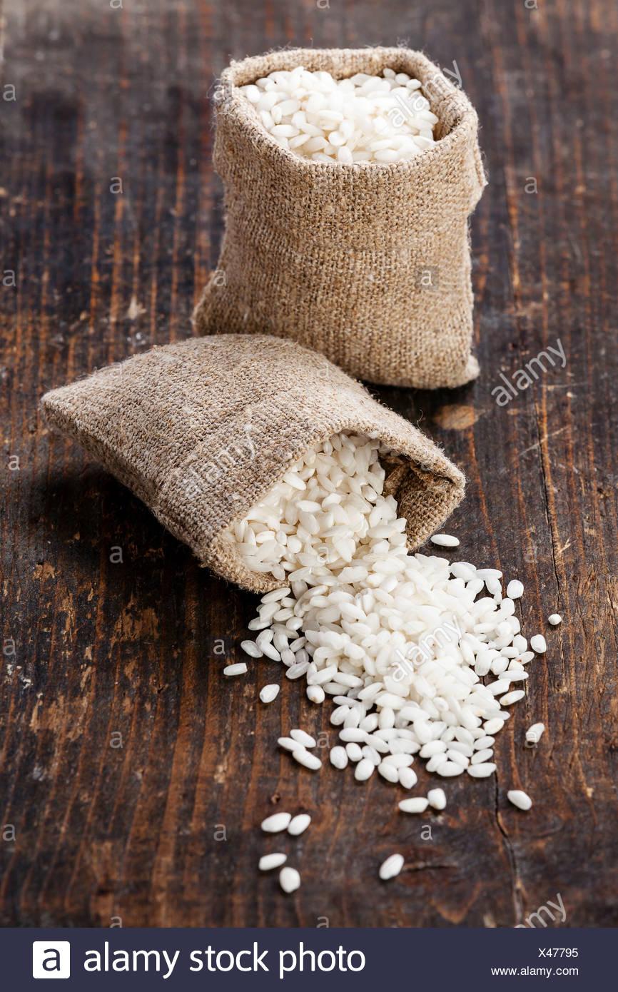Materie riso in bianco in sacchetto di tela Immagini Stock
