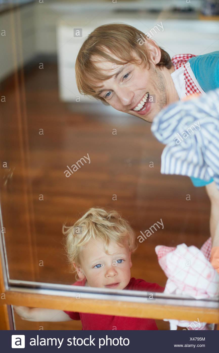 Padre e figlio windows di lavaggio Immagini Stock